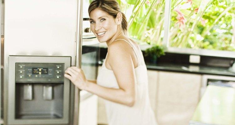 Geladeiras modernas costumam ter um dispenser de água no exterior da porta