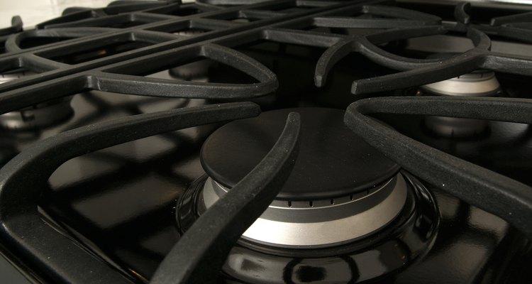 Las manzanas pueden ser cocinadas en una sartén u olla en la cocina hasa que estén lo suficientemente tiernas como para mezclarlas.