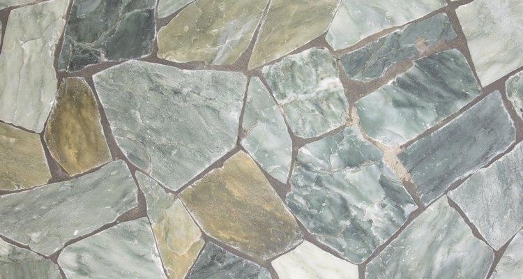 O mármore travertino é uma pedra muito usada na construção e decoração