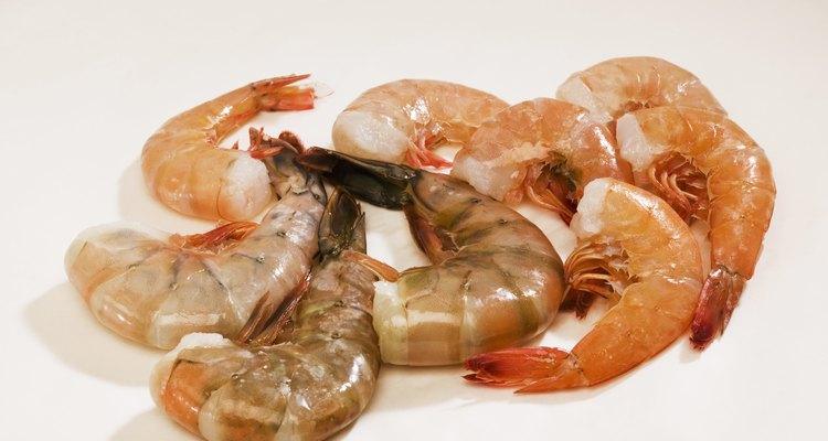 Você pode usar marinadas e molhos para encobrir o odor normal do camarão