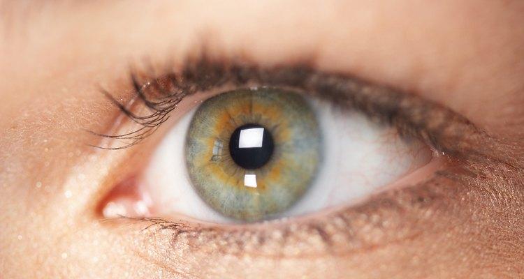 Torne o verde de seus olhos mais perceptível ao escolher as melhores cores de maquiagem e roupas