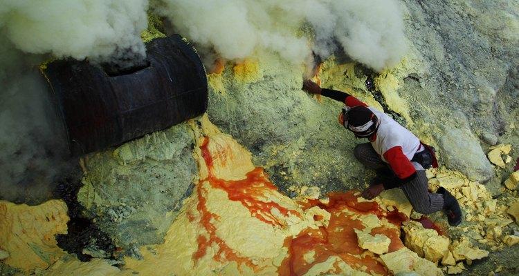 Las erupciones volcánicas de Indonesia depositaban azufre amarillo.