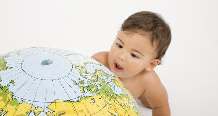 Los niños pequeños tienen un gran mundo para explorar.