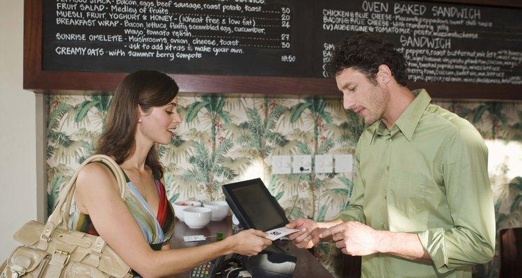 Un cajero de restaurante puede tener muchas responsabilidades que no sean simplemente cobrar dinero.