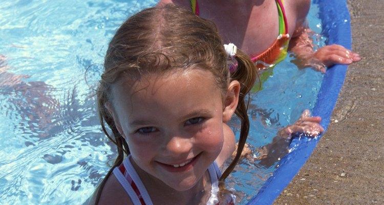 Alvejantes baratos podem manter pequenas piscinas limpas e saudáveis