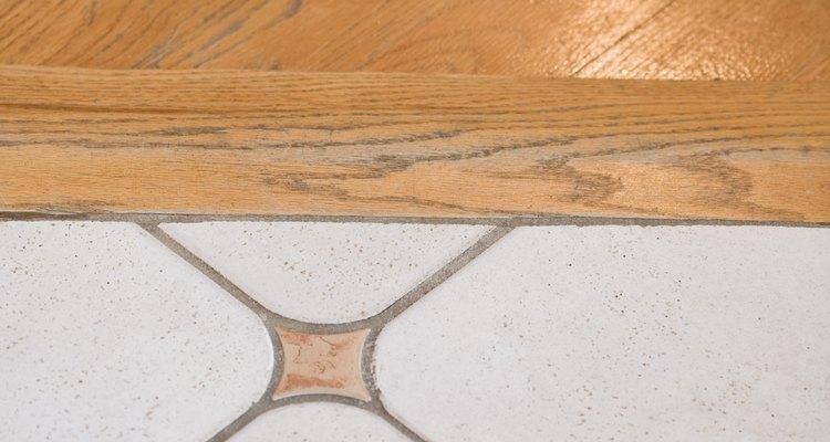 Unifica los pisos de madera dura y cerámica contiguos mediante aplicaciones de color.