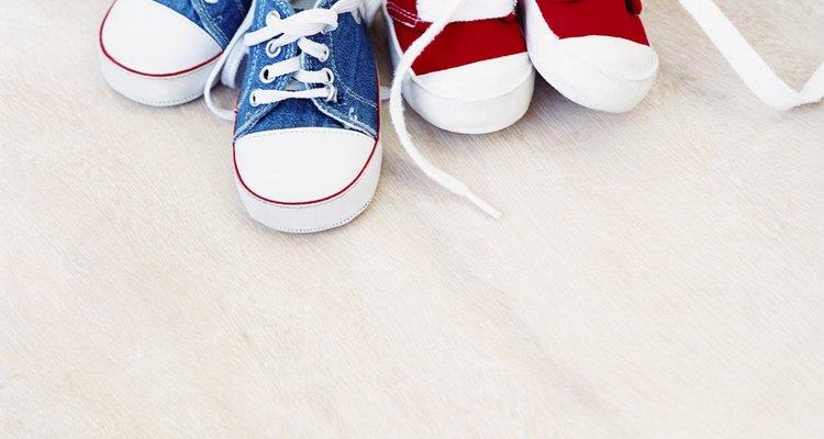 Puedes usar los cordones de las zapatillas de tu niño para esta actividad.