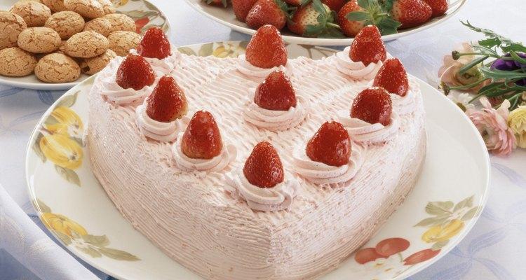 Coloca la fresa en el centro del pastel.