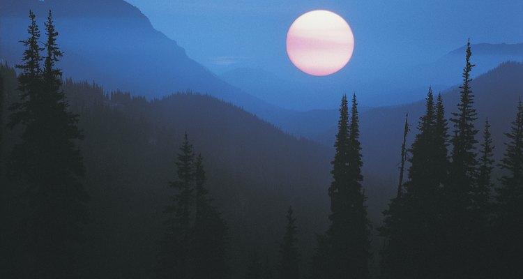 Según el saber tradicional, la luna llena tira hacia arriba la humedad y mantiene el suelo húmedo.