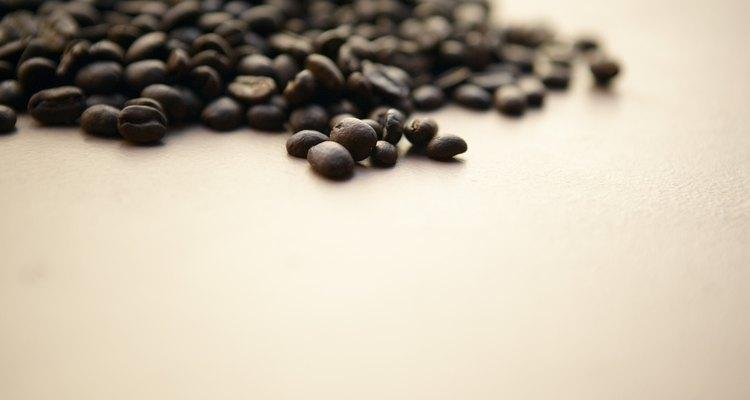 Os sintomas de consumo de cafeína por um cãe se assemelham aos de um envenenamento