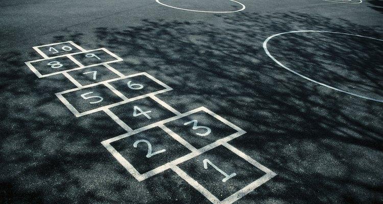 Un camino, tizas de colores y un niño de kindergarten curioso es todo lo que necesitas para jugar a despertar el conteo.