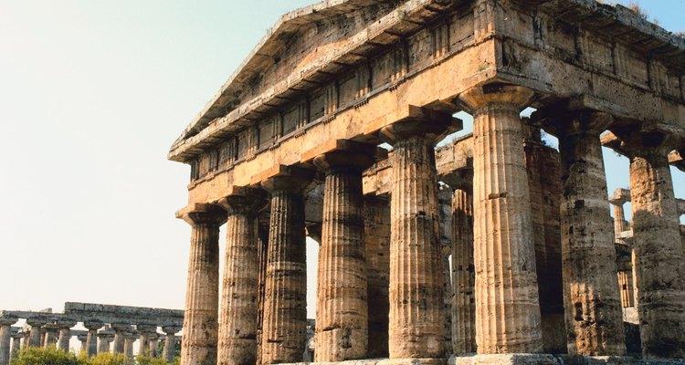 A coluna dórica é a primeira e o mais básico elemento da arquitetura grega