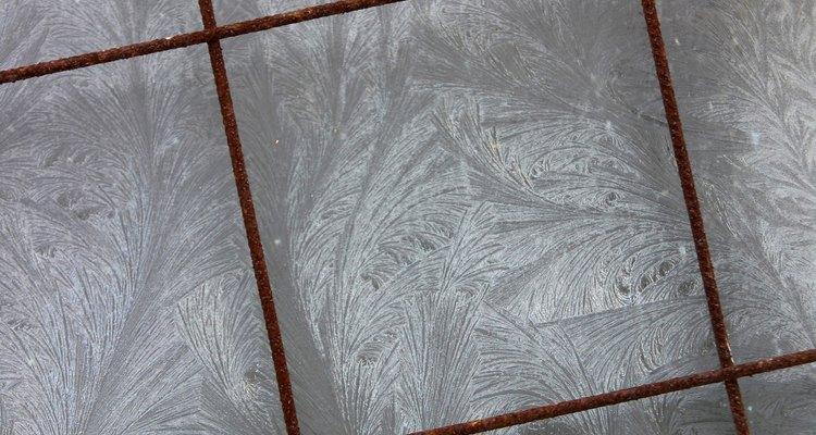 Um adesivo forte à base de epóxi deverá ser utilizado em vez de um habitual à base de cimento, para criar a fixação entre as superfícies do azulejo e do alumínio