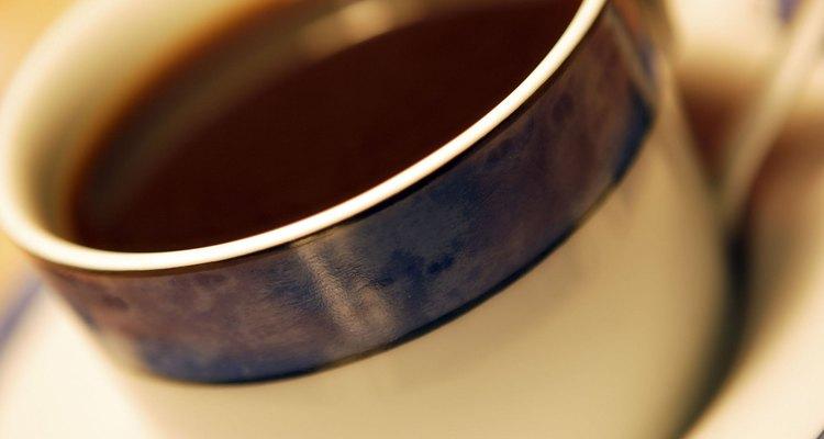 Una taza de café rico y caliente puede ser tranquilizador junto a un postre.