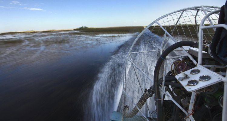 Toque de leve em toda a superfície da água com seu barco