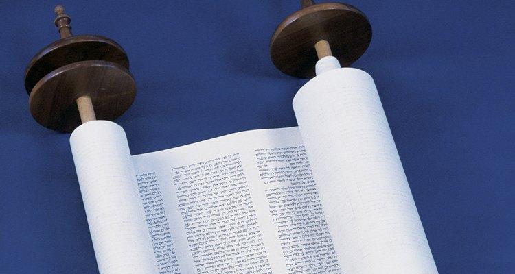 Un pergamino puede representar una graduación de estudios religiosos o un evento.