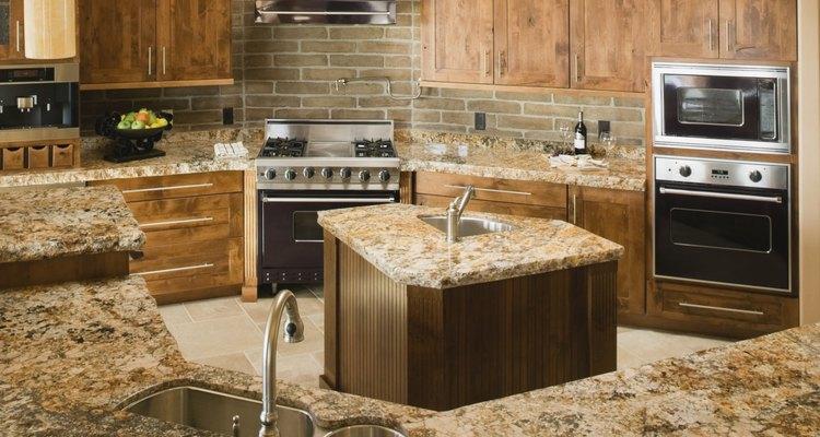 Limpia los gabinetes de madera al inicio o al final de cada temporada.