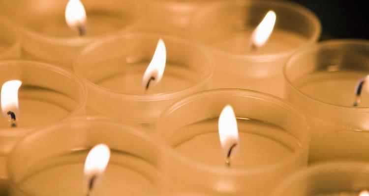 Você pode utilizar uma vela, mesmo que não tenha isqueiro ou fósforo à disposição