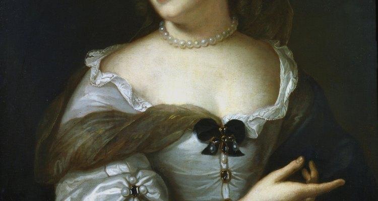 No século XVII, as mulheres passaram a usar decotes mais fundos e mangas mais curtas
