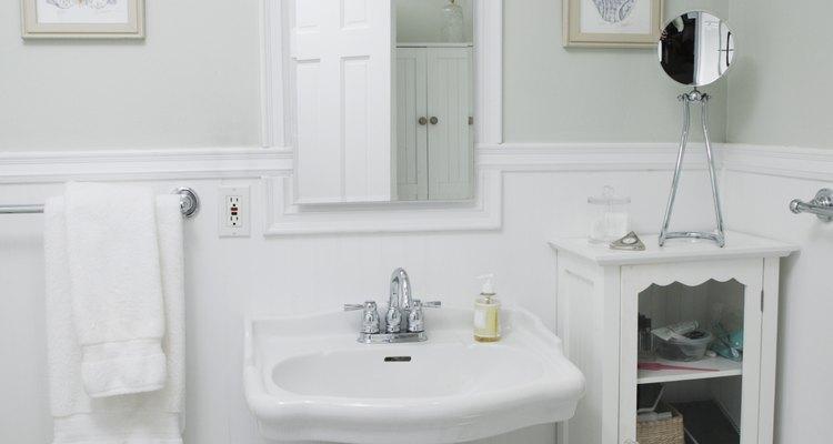 Um banheiro sem janelas necessita de exaustores