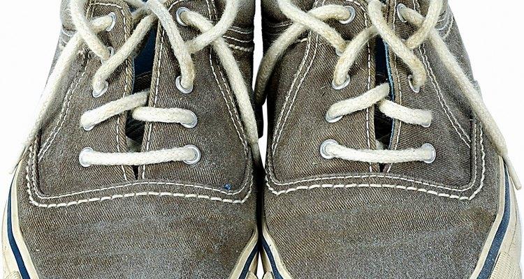 Limpe ou lave os tênis antes de pintá-los