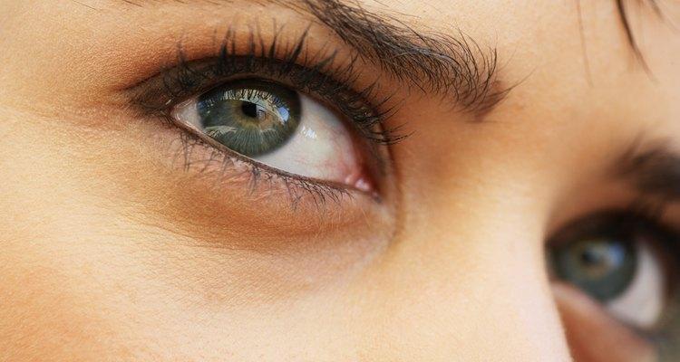 Abre tus ojos y fíjate en la cantidad de párpado visible entre la línea de las pestañas y el hueso de la ceja.