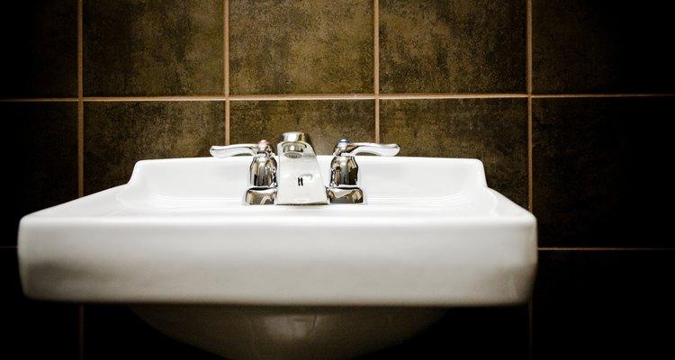Use produtos caseiros comuns para manter a pia de porcelana limpa e branca