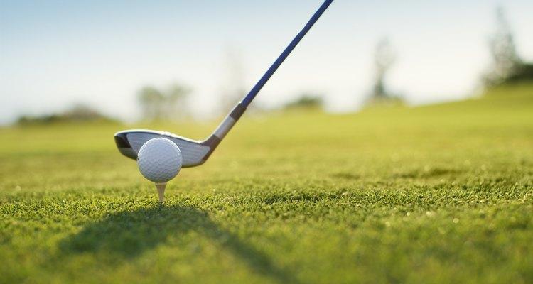 Un palo y bola de golf.