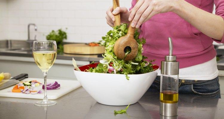 Uma mulher mistura sua salada