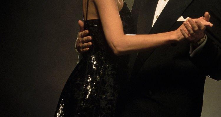 Há várias coisas que você pode fazer para evitar que o glitter caia de seu vestido de festa