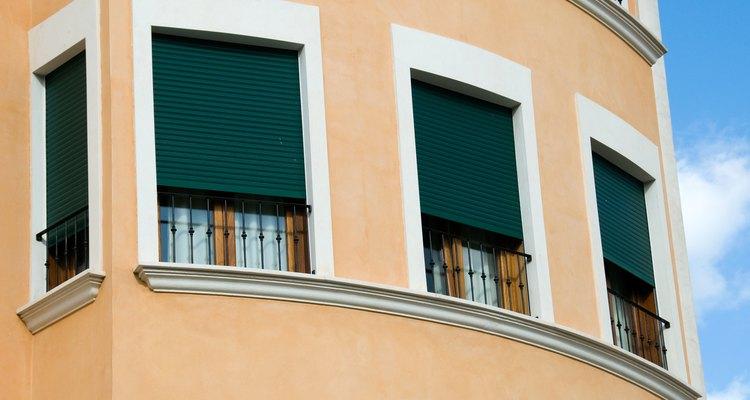 As persianas filtram a luz em sua casa enquanto acrescentam um detalhe decorativo à janela