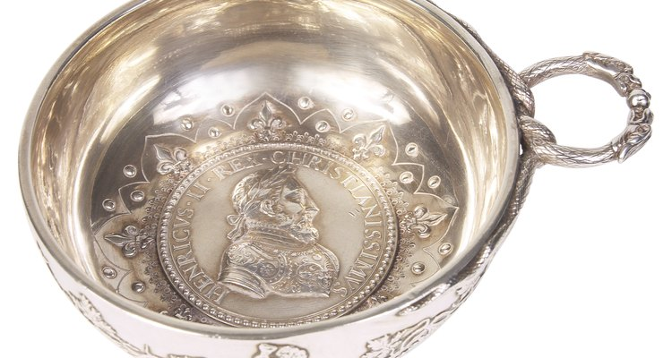 Peças de prata de lei antigas muitas vezes comemoram figuras ou eventos históricos.