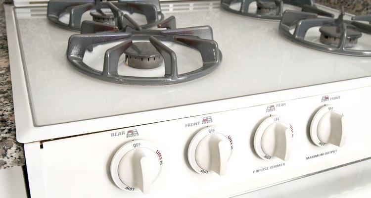 Una estufa deslizable encaja en un espacio entre dos gabinetes.
