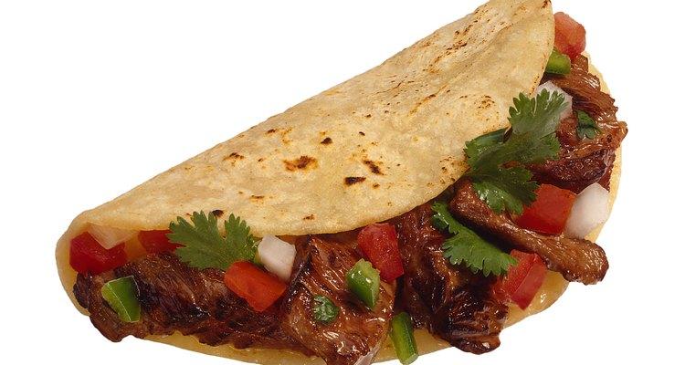 La carne es preparada utilizando una marinada sabrosa para darle más sabor y picante.