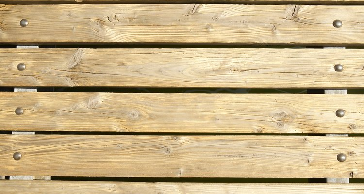 Uma tábua de madeira empenada pode ser endireitada