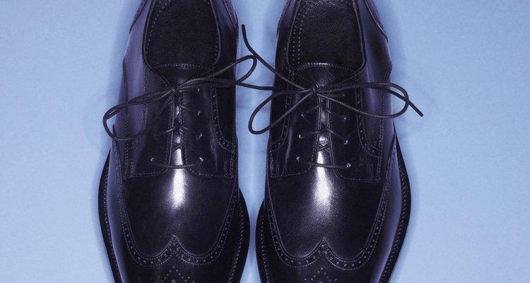 Frota el interior de la cáscara en todo tu calzado de cuero.