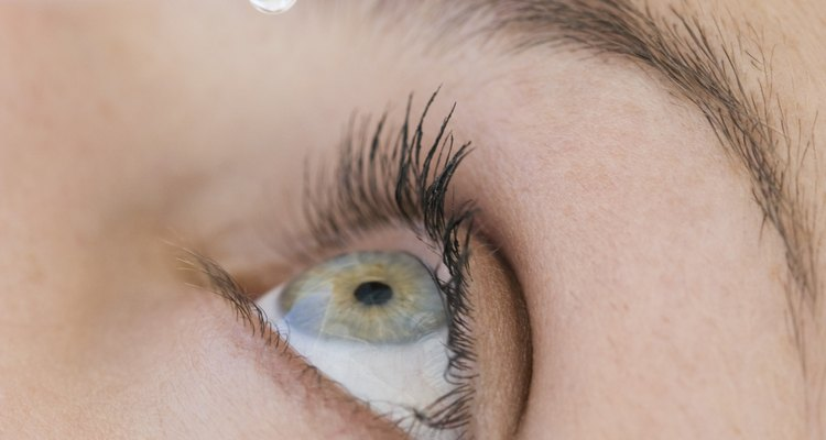 O colírio ajuda a clarear o branco dos olhos