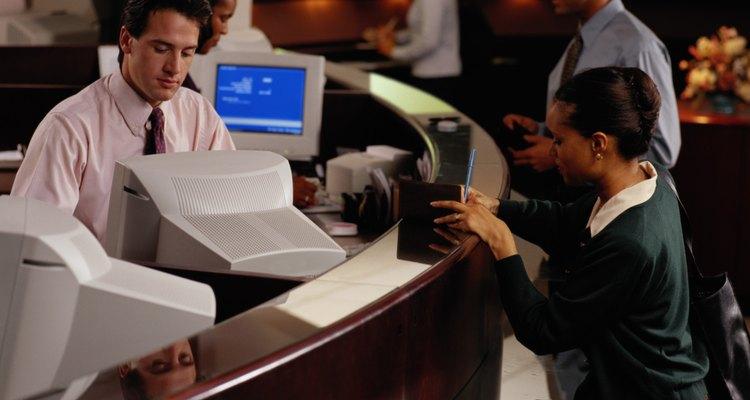 Los oficinistas suelen utilizar software (programas informáticos) u otras herramientas para discernir patrones inusuales o transacciones sospechosas.