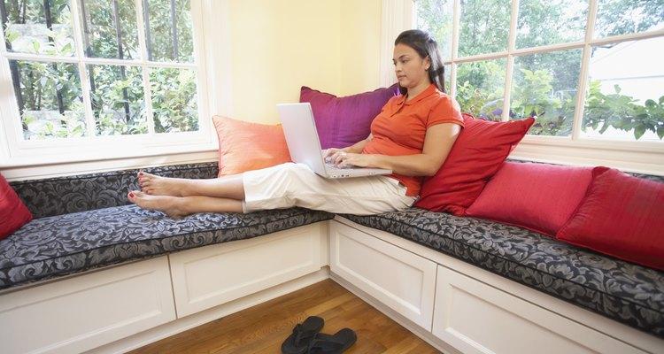 Transforma los asientos bajo las ventanas en bancos y ubica una mesa para que el espacio se convierta en un comedor.