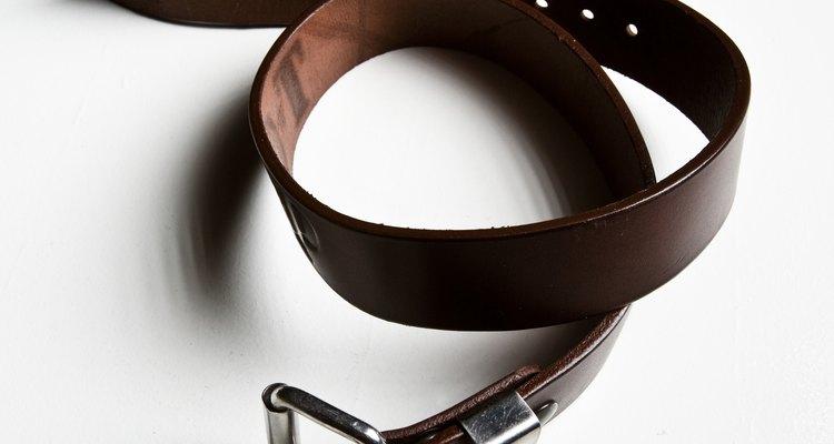 Combina tus pantalones caqui con un cinturón  marrón.