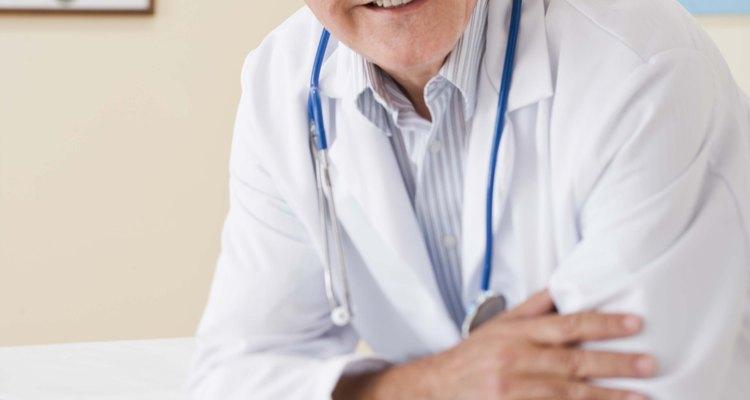 El título de doctor en medicina o MD es necesario para ser un médico.