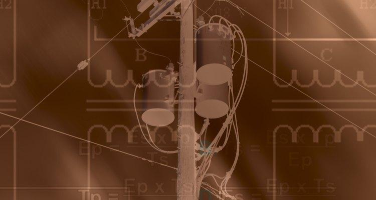 Las compañías eléctricas utilizan transformadores en los postes de electricidad.