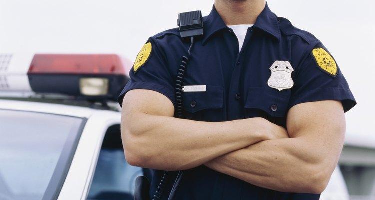 Los policías, bomberos, paramédicos y guardias de cruce mantienen un ojo vigilante sobre tus hijos cuando no puedes estar presente.