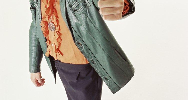 Puedes volver a teñir tus chaquetas de cuero decoloradas para que recuperen la apariencia original.