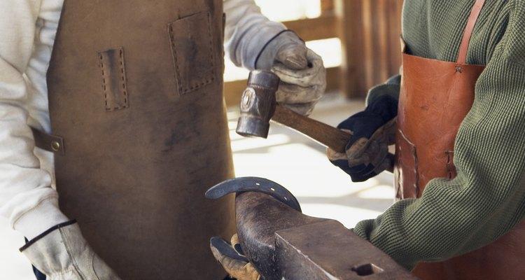 El metal se puede manipular con un martillo de peña.