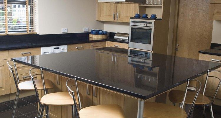 Una forma cuadrada con sillas estándar funciona bien en esta cocina.