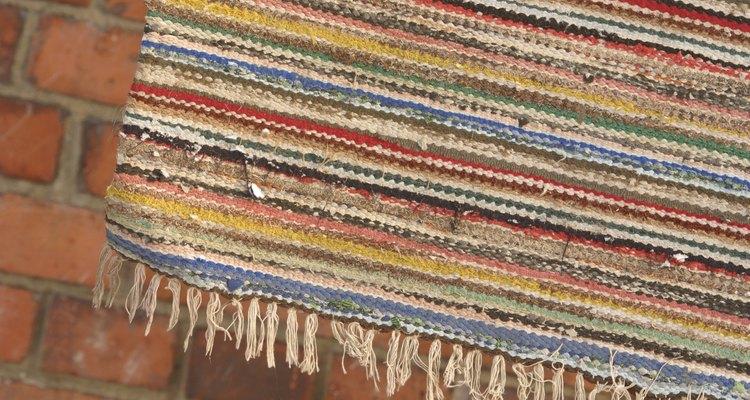 Use tapetes e móveis para disfarçar