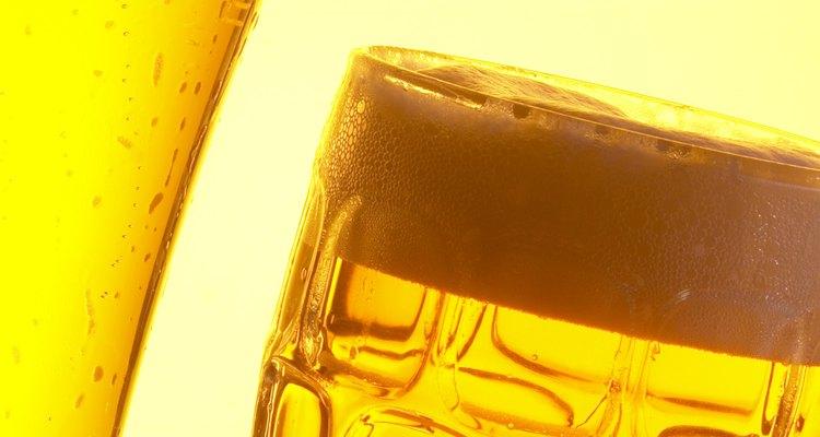 A pesar de que se hacen con los mismos ingredientes, existen pequeñas diferencias que son distintivas al hacer cerveza y licor de malta.