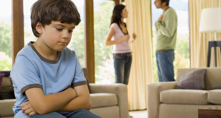 Los niños que se sienten aislados durante el divorcio de sus padres se pueden beneficiar con actividades para expresar sus emociones.