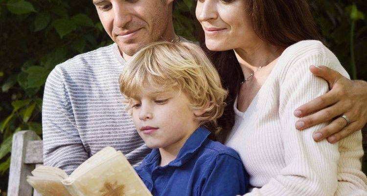 Dale a un niño una Biblia para niños llena de historias y tradiciones cristianas adaptadas.
